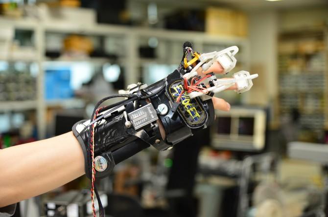오용환 한국과학기술연구원(KIST) 로봇연구단장팀이 개발하고 있는 장갑형 가상촉감장비. 얇은 플라스틱판을 모터로 움직여 손가락 끝에 촉감을 준다. - KIST 제공